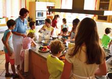Eva Maria Lipp mit Kindern beim Kochen