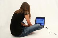 Jugendliche beim Internet-Surfen