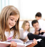 Kind mit Familie beim Lesen