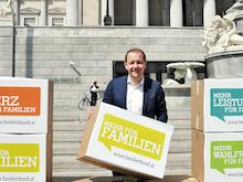 Familienbund-Präsident Bernhard Baier vor dem Parlament
