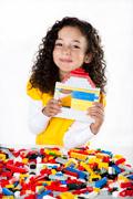 Mädchen spielt mit LEGO-Steinen
