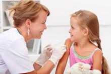 Ärztin impft ein Mädchen