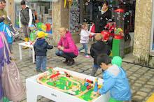 Kinder spielen vor Spielwaren-Geschäft
