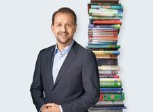 Bernhard Baier mit Bücherturm
