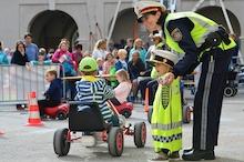 Polizistin beim Spielen mit Kindern