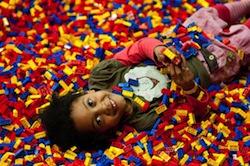 Kind auf LEGO Steinen